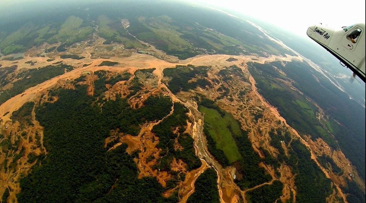 Duró solo siete semanas: destituyen a juez que luchaba contra la minería ilegal en Madre de Dios