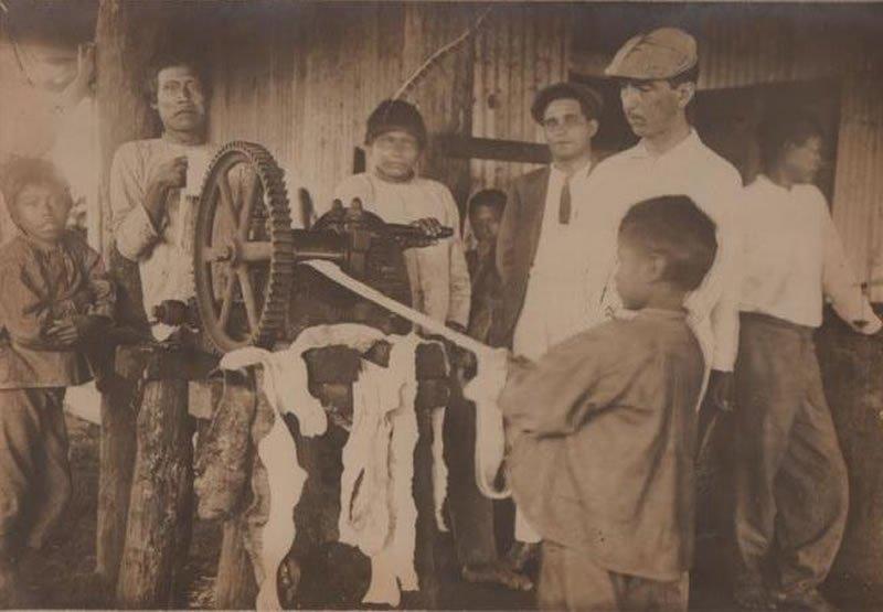 540-Indígenas-utilizando-tecnología-occidental-imágenes-que-fueron-utilizadas-por-Julio-C.-Arana-para-defenderse-de-las-denuncias-de-maltratos-que-pesaban-en-su-contra