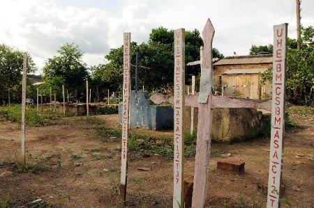 Foto: Estacas colocadas en las tumbas del cementerio de San Antonio. Crédito: Movimiento Xingú Vivo para Siempre