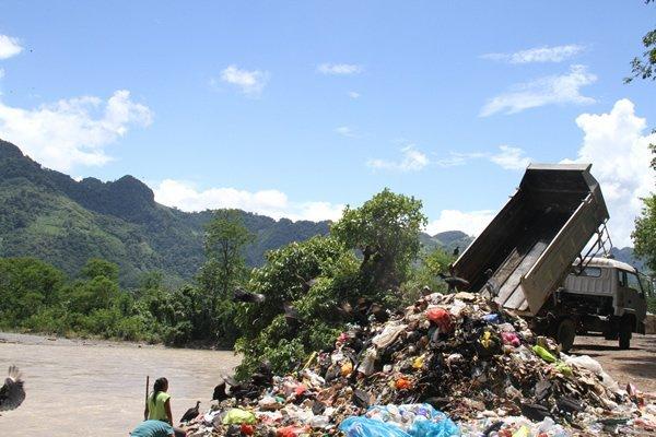 """Huánuco: OEFA denunciará a las autoridades locales por permitir arrojo de desperdicios en botadero """"La Moyuna"""""""
