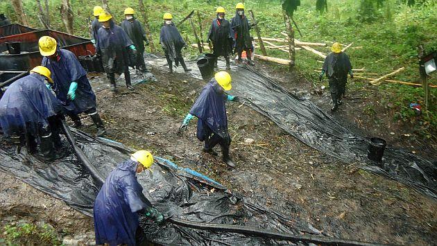 LIM01. CHIRIACO (PERÚ), 14/02/2016.- Trabajadores limpian un derrame de petróleo este martes, 9 de febrero de 2016, en el municipio de Chiriaco, en la región de Amazonas (Perú). Unas 250 personas trabajan en las tareas de limpieza del área afectada por un derrame de petróleo en la Amazonía de Perú, informó a Efe una organización indígena de la región hoy, domingo 14 de febrero de 2016. EFE/Onias Flores