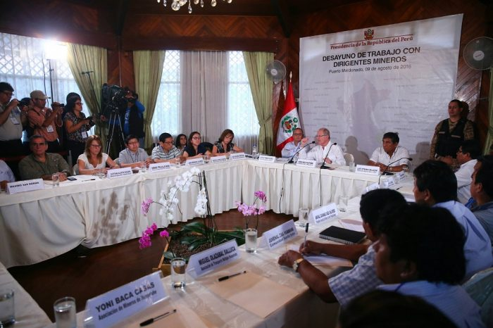 PPK en reunión con mineros informales_MDD_Presidencia de la República