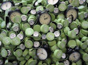 Ecologistas han apilado hoy cientos de relojes a las puertas de la Feria de Barcelona, donde se celebra la cumbre del clima, para recordar a los líderes mundiales que el tiempo se agota para pactar una reducción de emisiones. La acción se enmarca dentro de la campaña 'TcK, Tck, Tck' (EL PAÍS, España)