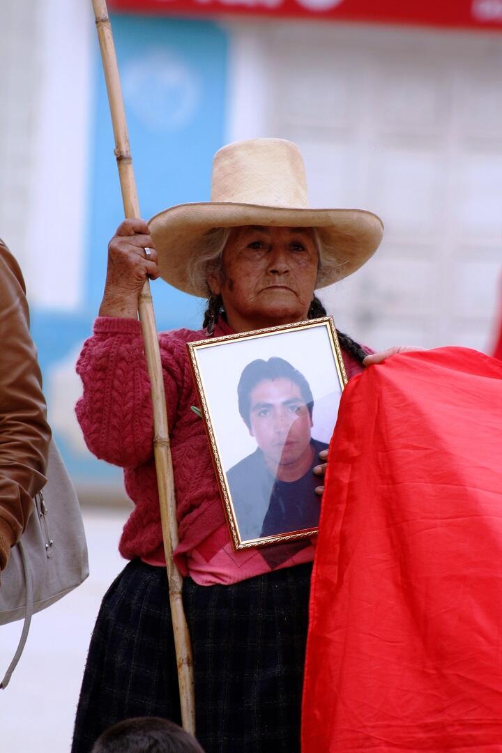 Madre de fallecido el año pasado carga retrato / Foto: Jorge Chávez