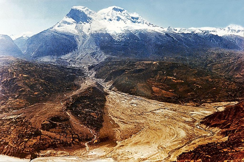 Fotografía muestra al nevado Huascarán luego del aluvión que sepultó Yungay en 1970.