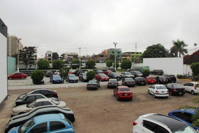 Parque es usado por la Policía como estacionamiento