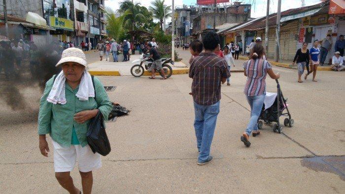 Los huelguistas impiden el tránsito vehicular desde el inicio de la protesta.