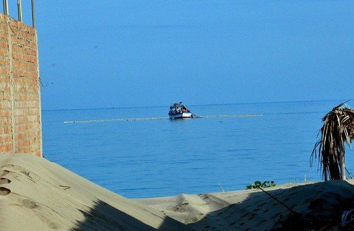 Es usual observar embarcaciones ilegales frente a Los Órganos, en Piura_Foto Yuri Hooker