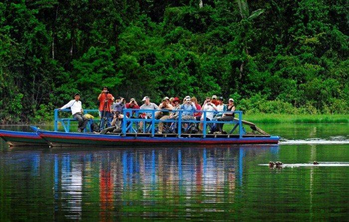 Turistas observando lobos de río en la Reserva Nacional Tambopata. Foto: Andina