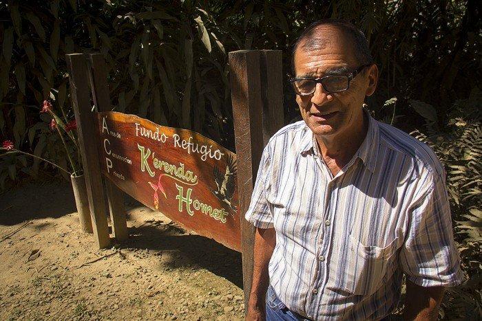 Víctor Zambrano con letrero Kerenda_saturada 1200