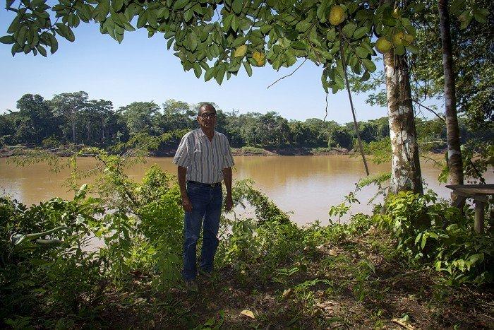 Víctor Zambrano frente al río