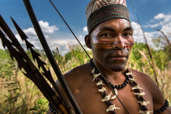 Luis Cárdenas Tello nos muestra orgulloso su legado Amahuaca. Yurúa es un distrito multi étnico conviven 6 pueblos indígenas distintos, entre ellos los amahuacas, asheninka, ashaninka, yaminahua, yanesha, chitonahuas, junto con una pequeña cantidad de mestizos y gente de Brasil.